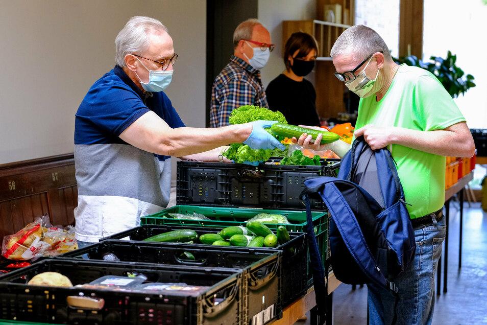 Immer freitags teilen die Helfer der Radebeuler Tafel im Gemeindehaus der Lutherkirche Lebensmittel an Menschen mit geringem Einkommen aus.