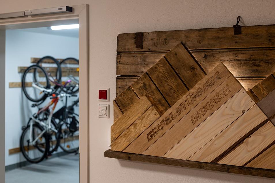 Das Untergeschoss beherbergt eine geräumige Fahrradgarage mit Werkstatt.