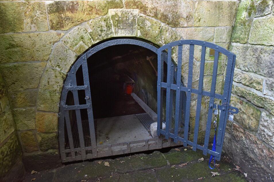 Der Zugang am Mundloch war vor 2001 mit Unrat verfüllt. Der Schlussstein im Gewölbe trägt unter anderem die Zahl 1858.
