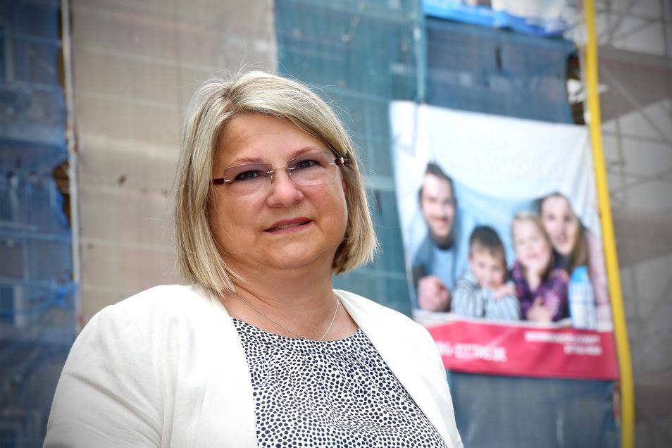 Geschäftsführerin Uta-Sylke Standke vor der derzeit größten Baustelle der Zittauer Wohnbaugesellschaft in der Dr. Sommer-Straße.