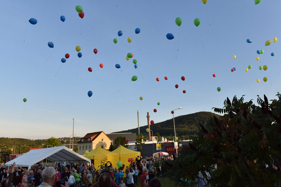 99 Luftballons auf ihrem Weg durch Freital verkünden das baldige Jubiläum.