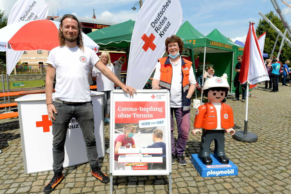 Evelin Bergmann und Erik Thiel gehören zum mobilen Impfteam, das am Bahnhof Bertsdorf eine kostenlose Corona-Schutzimpfung anbot.