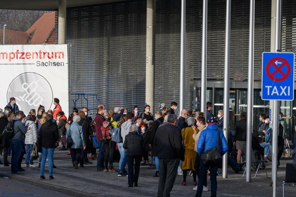 Zahlreiche Menschen stehen vor dem Impfzentrum Sachsen in der Messe Dresden. Wegen Computerproblemen kam es vor dem Impfzentrum zu Warteschlangen.