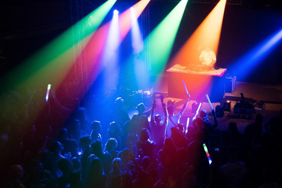 Ausgelassen tanzen - das geht am kommenden Wochenende bei der Ü-30-Party im Sportforum Thonberg bei Kamenz.