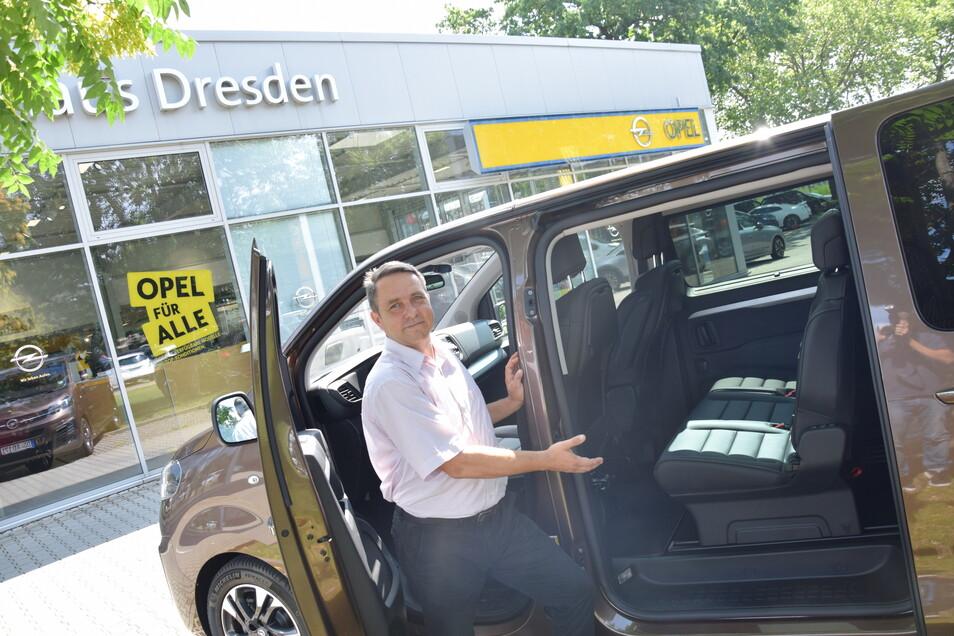Autohaus-Dresden-Verkäufer Robert Findeisen freut sich auf seine Kunden, denn aktuell hat er viele preiswerte Angebote, die bis zum 31. August gültig sind.