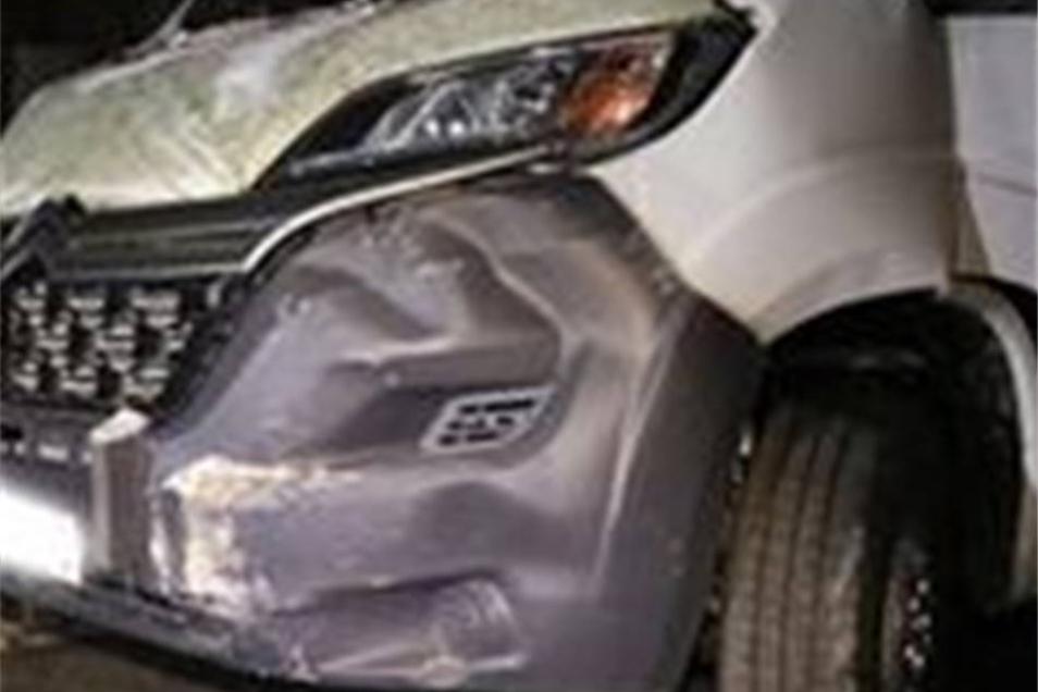 Sachschaden an einem der Fahrzeuge, nachdem es von einem der Täter an eine Wand gesetzt wurde.