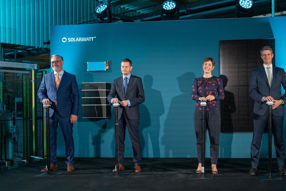 Eröffnung der neuen Produktionsanlage. Von links: Solarwatt-Chef Detlef Neuhaus, der sächsische Ministerpräsident Michael Kretschmer, Walburga Hemetsberger, Chefin des Verbandes Solar Power Europe, sowie Solarwatt-Hauptanteilseigner Stefan Quandt.