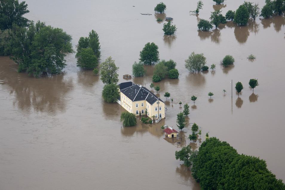 Um Juni 2013 war das Zuessenhaus in Kleinzadel vollständig von Wasser umgeben.
