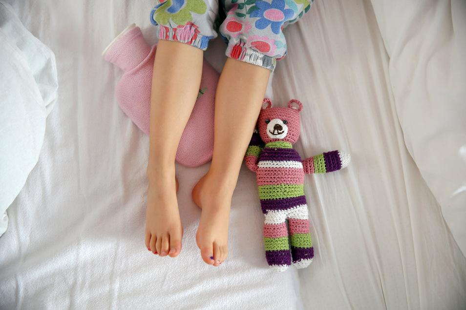 Wenn das Kind abends oder nachts über Schmerzen in den Beinen klagt, können Wachstumsschmerzen dahinterstecken.