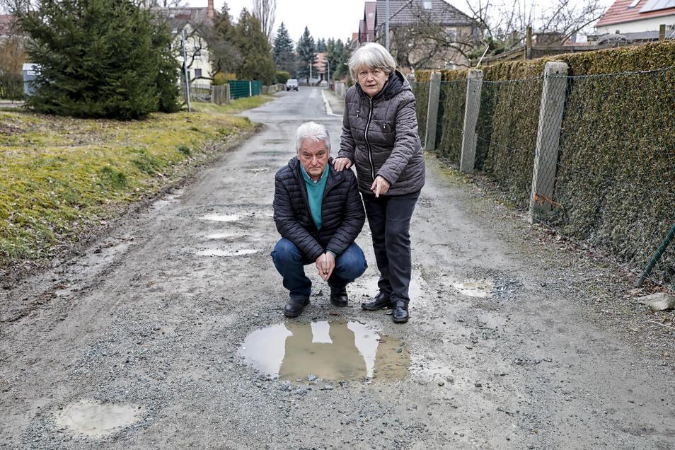 Helena und Volkmar Hübner ärgern sich über den Zustand der Fichtestraße an ihrem Haus in Neugersdorf.