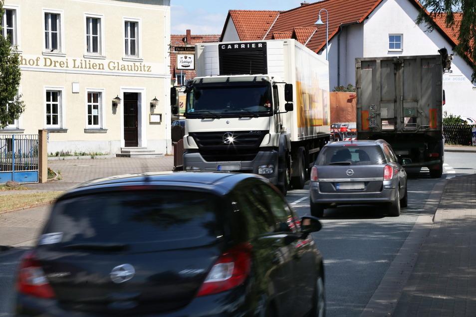Der Verkehr drängt sich auf der B 98 durch Glaubitz: Das Foto ist sechs Jahre alt, das Problem noch viel länger bekannt. Nur: Wann wird es gelöst?