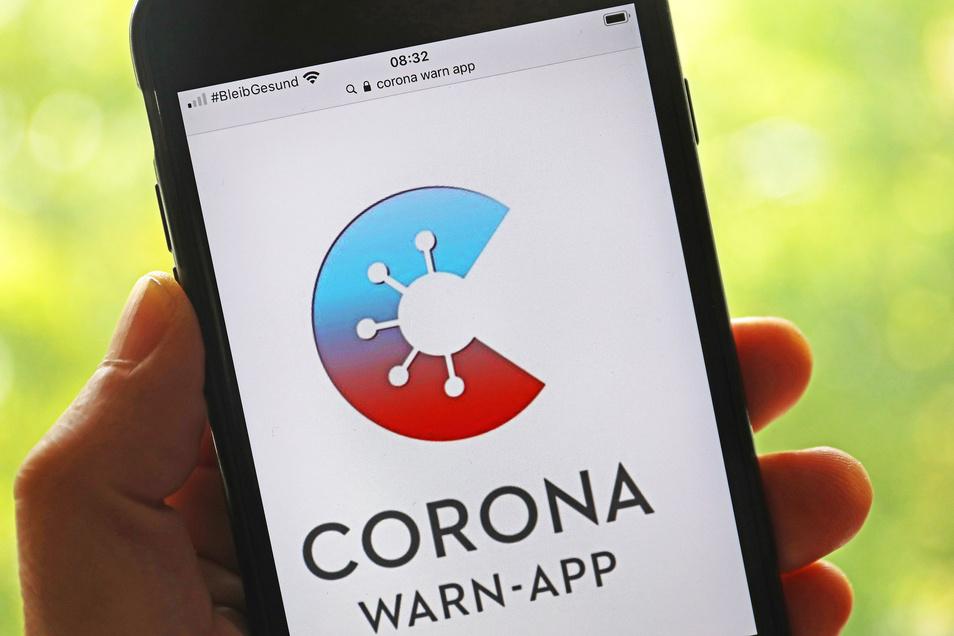 -Die offizielle Corona-Warn-App ist auf einem Smartphone zu sehen.