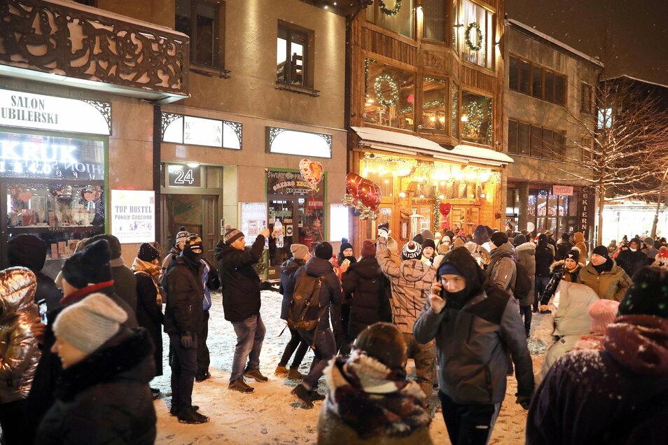 In Zakopane gingen am Wochenende zahlreiche Touristen auf dem Krupowki, einer Einkaufsstraße, spazieren.