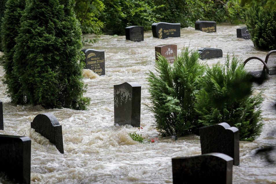 Trauriger Anblick: Die Wassermassen machten natürlich auch vor dem Friedhof in Hagenwerder nicht halt.