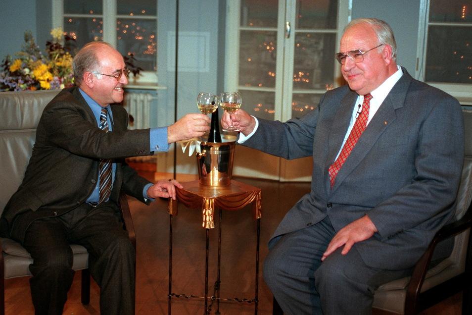 """1996 prostet der damalige Bundeskanzler Helmut Kohl (CDU, r) in der Sendung """"Boulevard Bio"""" Talkmaster Alfred Biolek zu."""