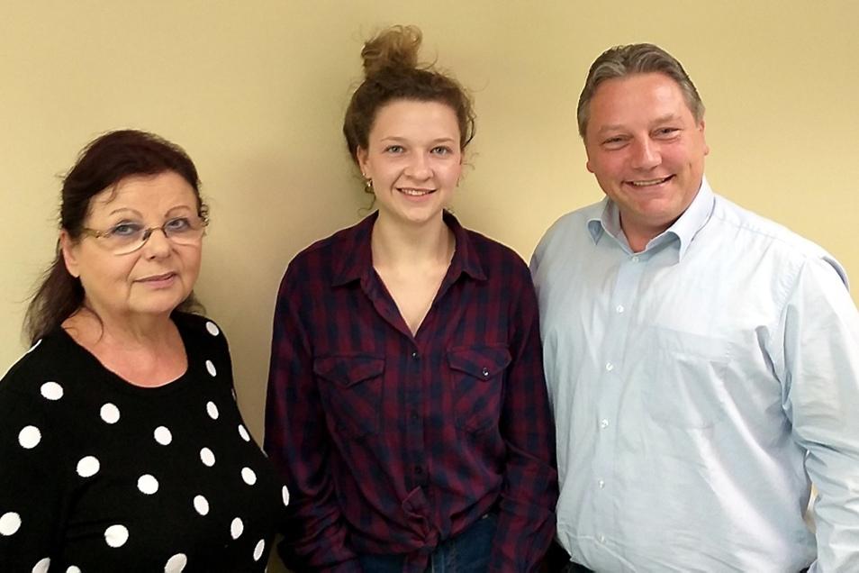 Gabriele Mark mit der Vorsitzenden des Jugendstadtrates, Marija Skvoznikova und Kevin Stanulla vom Nachbarschaftshilfeverein.