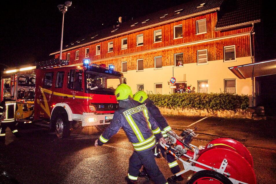 Feueralarm in einem Mehrfamilienhaus in Schlottwitz. Etwa 40 Rettungskräfte sind im Einsatz.