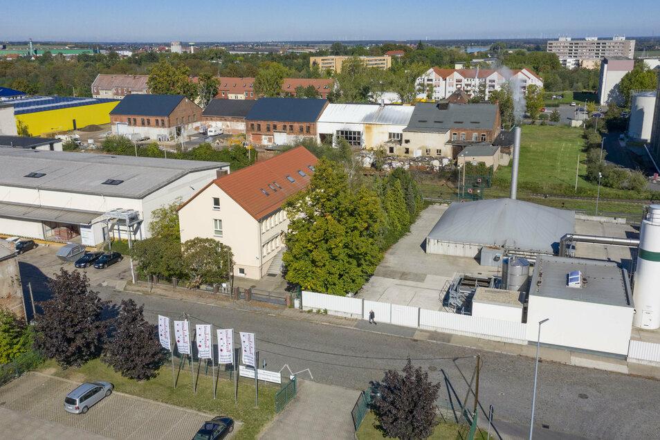 Blick auf die Speicherstraße in Riesa. Das Objekt in der Mitte möchte die Stadt gern als Obdachlosenheim umnutzen. Direkt daneben liegt allerdings das Cargill-Gelände.