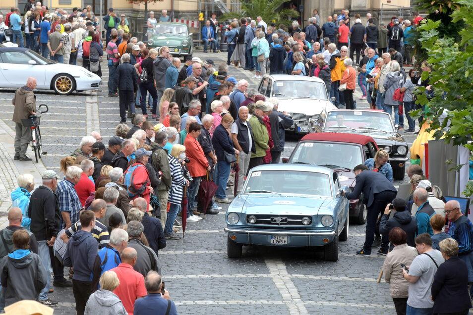 """Auf dem Zittauer Markt bildeten die Zuschauer ein langes Spalier bis zur Stempelstelle, wo Oberbürgermeister Thomas Zenker jeden Fahrer der """"Rallye Elbflorenz"""" begrüßte."""