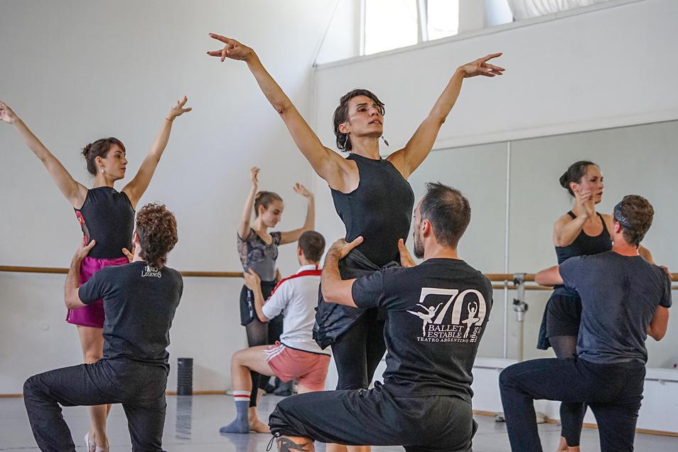 Jede Bewegung muss stimmen. Choreografin Celia Millán tanzt bei den Proben mit dem Ensemble des Sorbischen National-Ensembles.