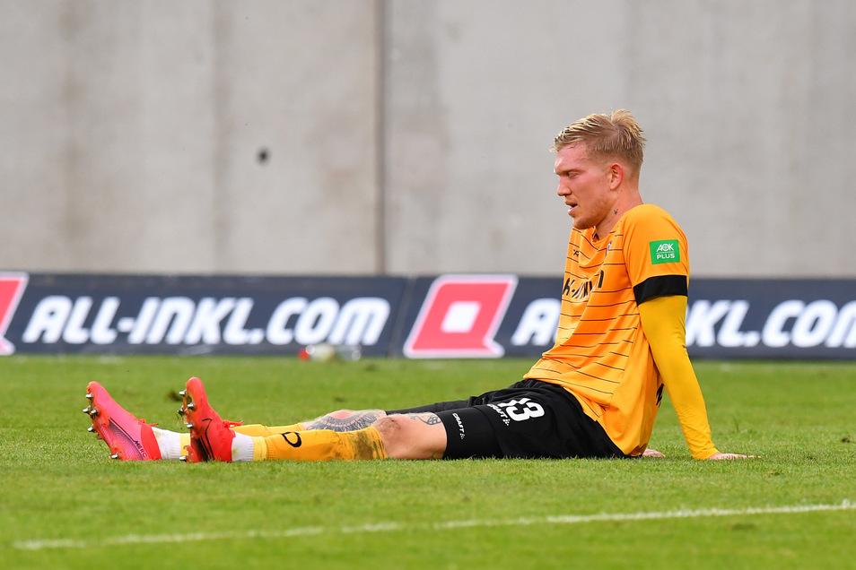 Mit den Kräften am Ende sitzt Simon Makienok am Boden. Schon in die Partie am vergangenen Freitag gegen Hamburg ging er angeschlagen, am Montag in Bielefeld fehlte Dynamos bester Stürmer dann. In Kiel soll er jetzt wieder dabei sein.