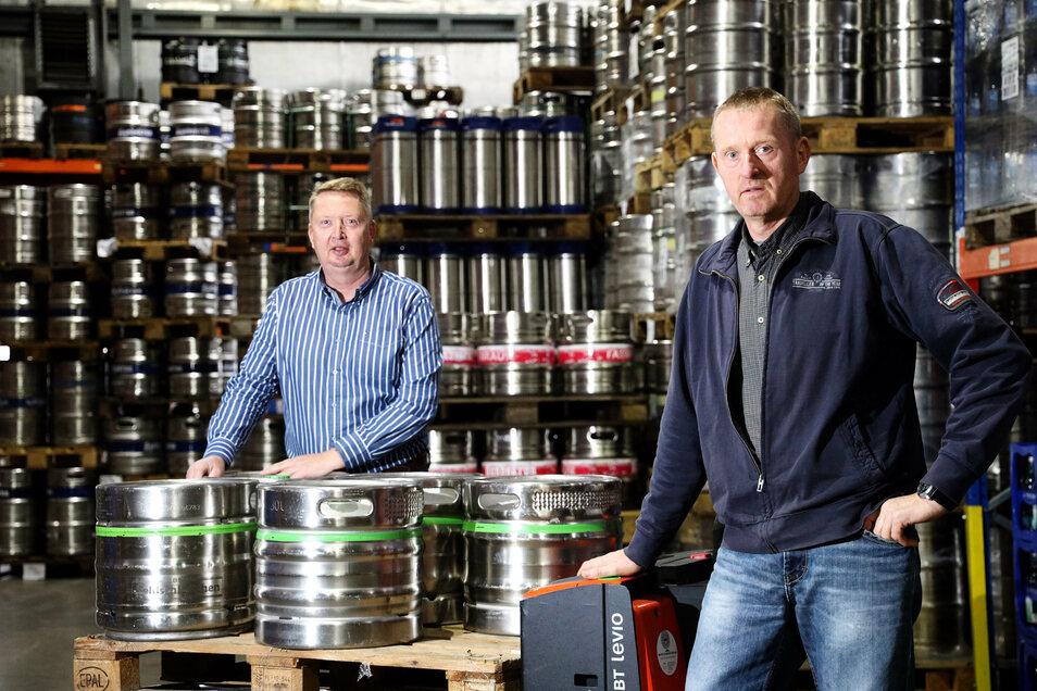 Jürgen (l.) und Matthias Krille leiten den Getränkefachgroßhandel K+K mit Sitz in Riesa. Die Fässer im Hintergrund gehen normalerweise an die Gastronomiebranche. Doch wegen der Corona-Beschränkungen steht dieser Unternehmenszweig still.