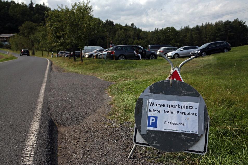 Ausweichparkplatz, der wegen der Jubiläumsveranstaltung eingerichtet wurde. Auch an anderen Tagen ist das Angebot an Stellflächen kleiner als die Nachfrage.