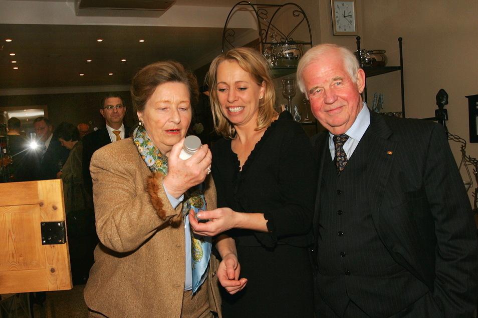 2006: Tina Kuhbier (M.) zeigte in ihren neuen Laden auf der Rähnitzgasse ihren Schwiegereltern Ingrid und Kurt Biedenkopf das Angebot.