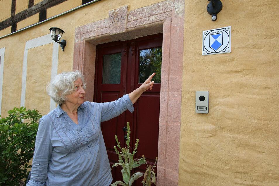 """Barbara Schwabe empfing im Alten Gasthof in Ziegra Gäste. Sie hat sich der Sanierung des Denkmals verschrieben. Auf dem Programm stand auch ein Vortrag zur Geschichte des Ortes und ein Auftritt der Gruppe """"Die Meierei""""."""