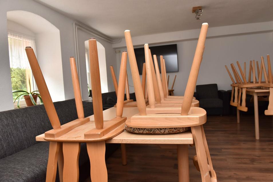 Die Stühle stehen oben, der Fernseher bleibt aus. So wie in Zinnwald fehlen vielen Jugendherbergen Schulklassen als Gäste.