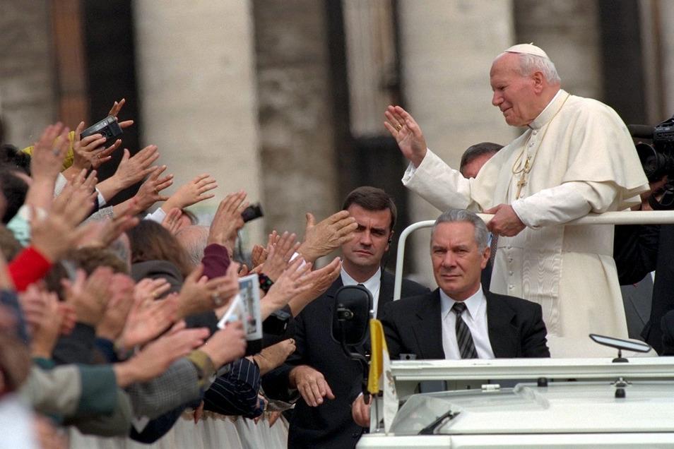Der Papst und die Massen: In seinem Papamobil fährt Johannes Paul II. 1996 über den Petersplatz im Vatikan.