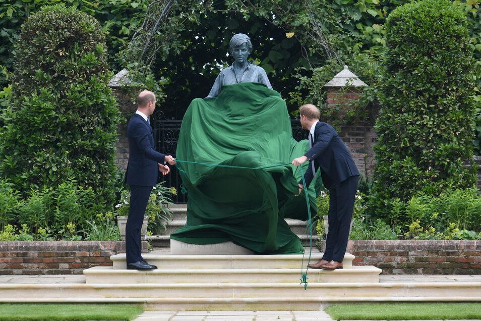 William (l.),  und Harry enthüllen die von ihnen in Auftrag gegebene Statue ihrer Mutter Diana