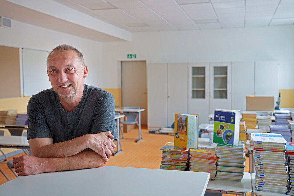 Schulleiter Jürgen Gläsel in einem der künftigen Klassenzimmer der Oberschule Am Merzdorfer Park.