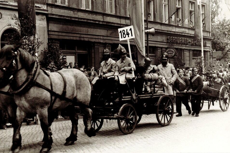 Vor 100 Jahren, beim Festumzug 80. Jubiläum der Meißner Feuerwehr, war man noch zu Pferde unterwegs.