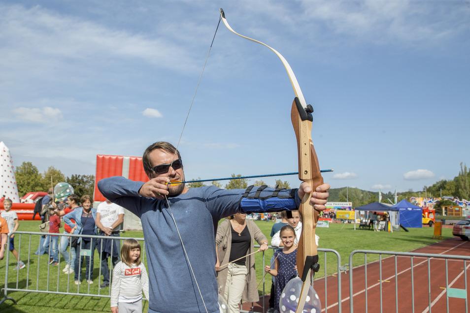 Oliver Schnabel aus Freital beim Bogenschießen auf der Sport- und Erlebnismeile.