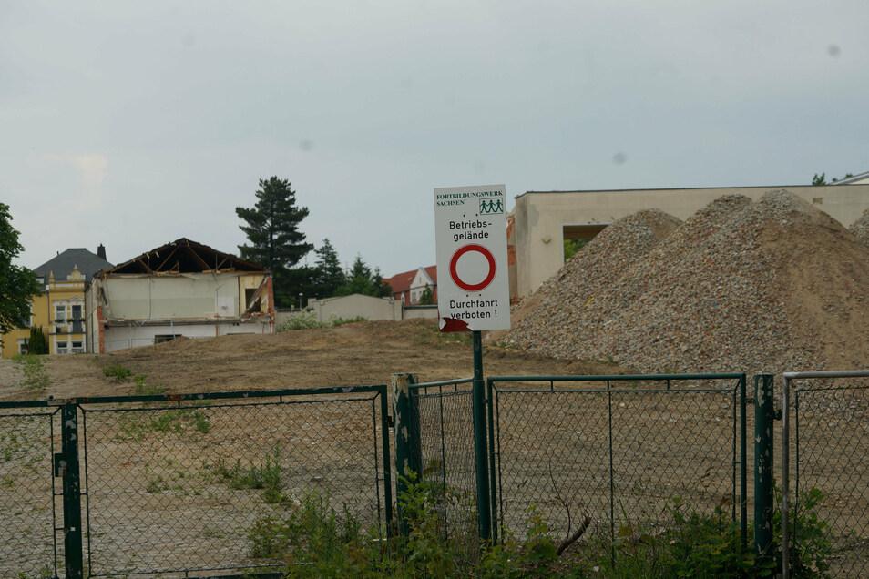 Auf dem Gelände des ehemaligen Fortbildungswerkes Bischofswerda ruhen die Abrissarbeiten. Denn zwischen Stadt und Investor gibt es keine Einigkeit zur Zukunft des Areals.