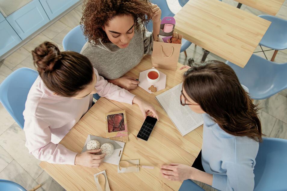 Bei Jugendlichen sind Anleitungen für kreative Tätigkeiten sehr beliebt. Sogenannte Tutorials zeigen ihnen online Schritt für Schritt, wie man etwas bäckt, näht oder bastelt.