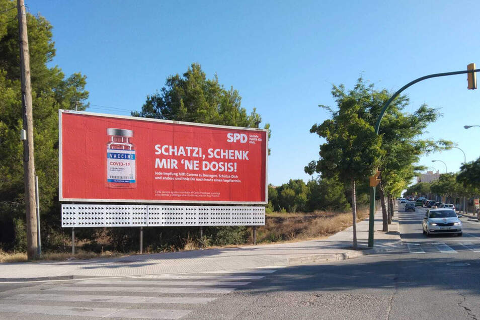 """""""Schatzi, schenk mir 'ne Dosis"""" steht auf einem SPD-Plakat auf Mallorca. Zwei Monate vor der Bundestagswahl wirbt die SPD mit einer Plakatkampagne auf der bei Deutschen beliebten Urlaubsinsel Mallorca für Corona-Impfungen."""
