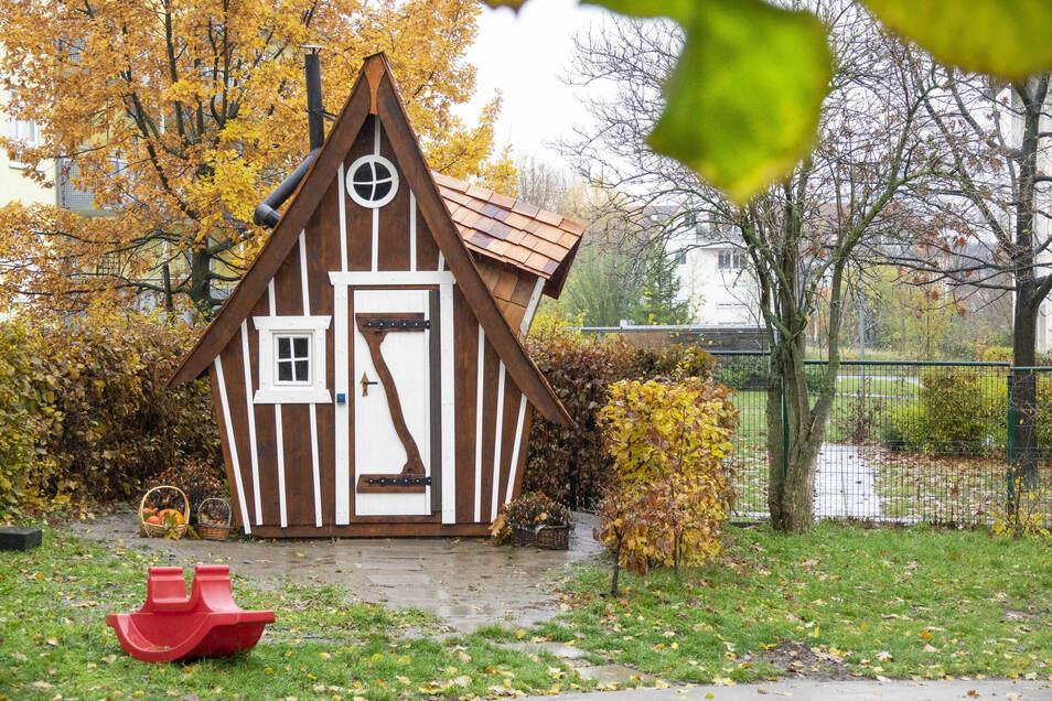 Aus Holz: Das Spielhaus hatte die Kreishandwerkerschaft live auf dem Tag der Sachsen gebaut, bevor es in den Garten des Trinitatis-Kinderhauses kam.