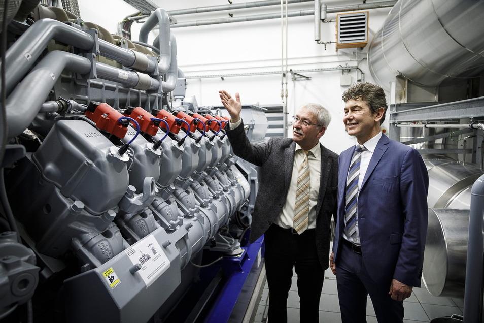 Stadtwerke-Vorstand, Matthias Block (rechts), freute sich vor zwei Jahren gemeinsam mit Hartmut Petermann, Bereichsleiter Erzeugung bei den Stadtwerken, über neue Technik im Blockheizkraftwerk Königshufen, gleich an der Endhaltestelle der Straßenbahn.
