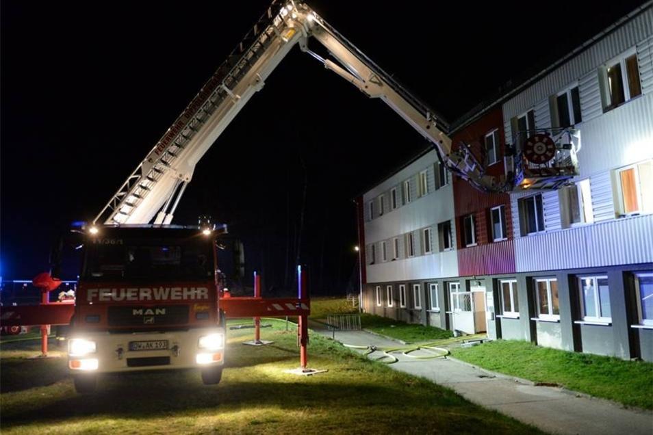 Das Feuer war gegen 23.00 Uhr in einem Zimmer ausgebrochen.