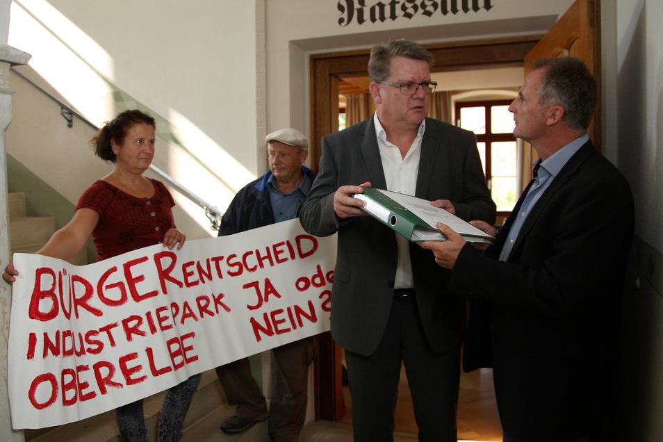 Ingo Düring (r.) und Bürgermeister Ralf Müller bei der Übergabe der Unterschriften für den Dohnaer Bürgerentscheid.