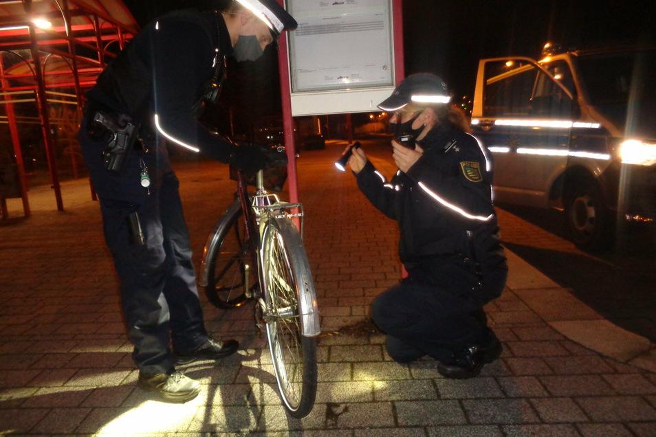 Heike Krasselt und Artur Hoffmann vom Großenhainer Polizeirevier im Silvestereinsatz. Auch dieses herrenlose und beschädigte Fahrrad am Cottbuser Bahnhof entging ihren Augen nicht.