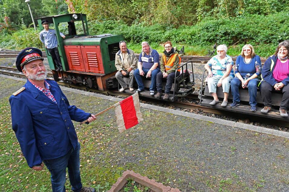 Vorsitzender Hans-Rainer Fischer (links) gibt seinen Vize und Lokführer Andreas Röder das Zeichen, wenn dieser mit der Kleinbahn und den Passagieren an Bord den Bahnhof verlassen darf. Nach längerer Pause konnten die Mitglieder des Rauschenthalbahnvereins mal wieder zu Fahrtagen einladen.