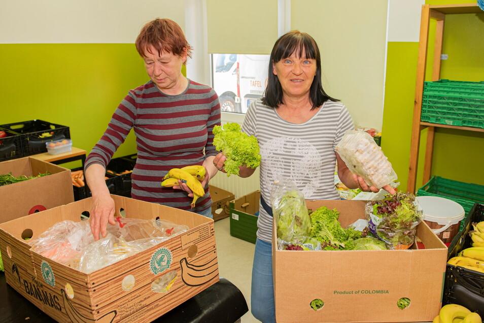 Petra Dietrich und Elli Zorn sortieren Frischware bei der Großenhainer Tafel in Großenhain. Die Einrichtung unterstützt Bedürftige mit Lebensmitteln. Ein täglicher Spagat.
