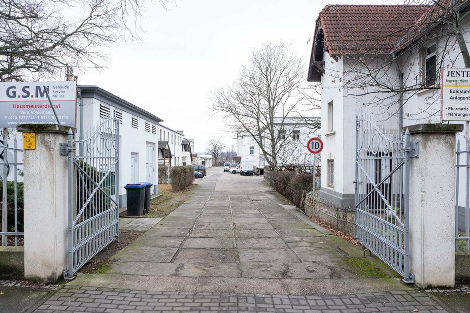 Durch das Tor an der Meißner Straße 21 müssen Filmfreunde gehen. Das neue Kino befindet sich in dem hinteren Gebäude auf der rechten Seite.