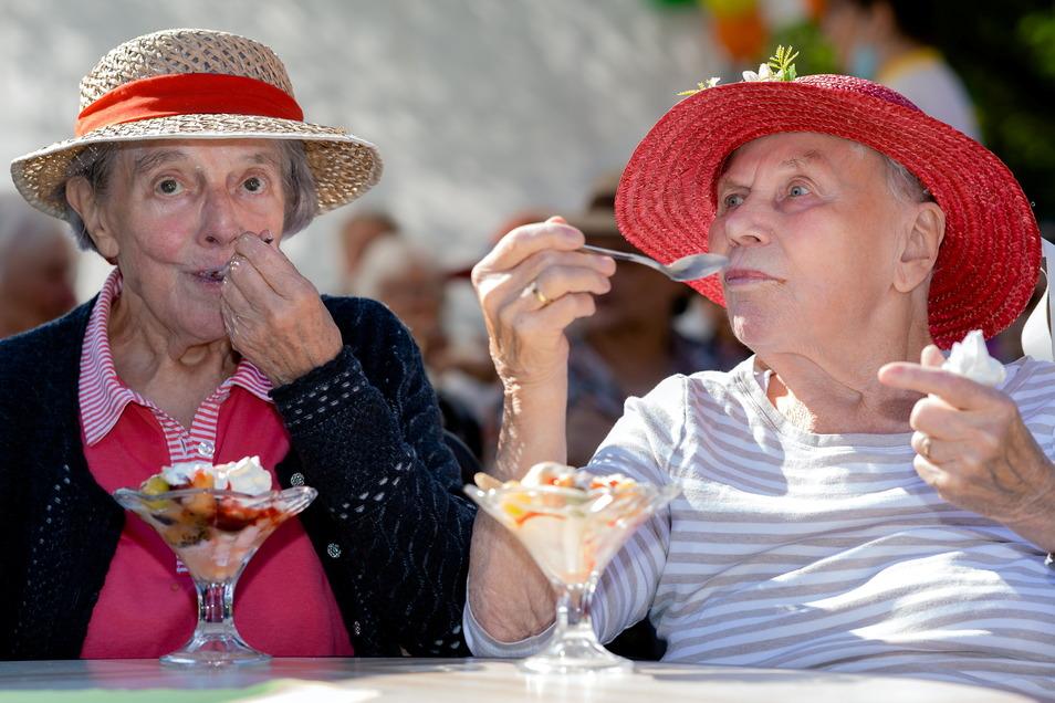 Eis essen ohne Ende: Das haben sich auch Sigrid Pietzsch (l.) und Erika Medow nicht zweimal sagen lassen und damit sogar noch etwas Gutes getan.