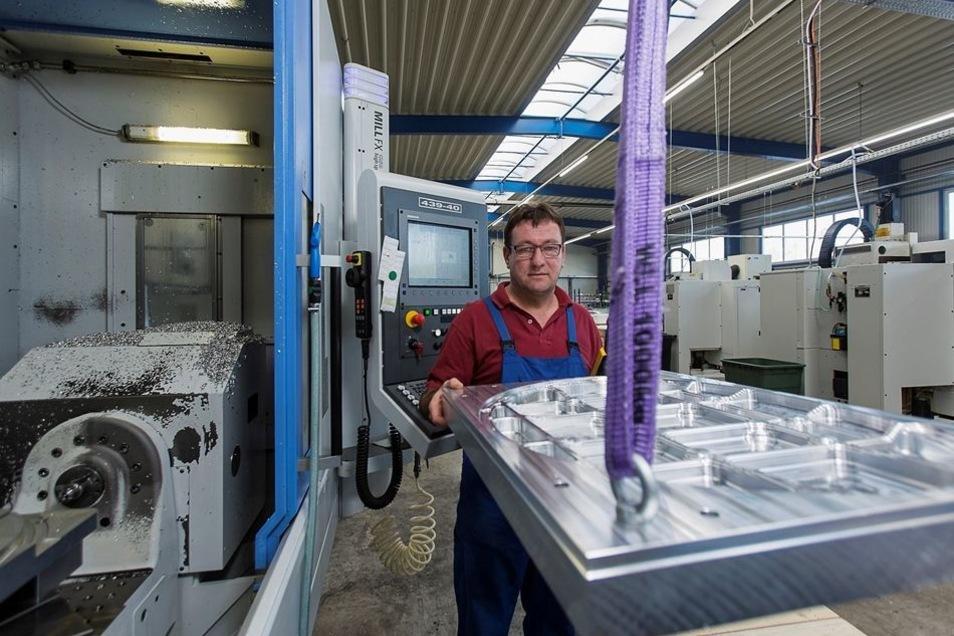Was Jens Scheffler hier am Haken hat, ist eine Aluminiumplatte, aus der Bauteile für Flugzeuge von Airbus gefräst werden.