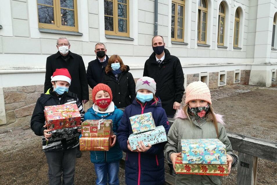 Vertreter des Döbelner Lions-Clubs haben Lehrern und Kindern der Döbelner Schlossbergschule Aufmerksamkeiten vorbeigebracht. Ihre Bescherung fiel in diesem Advent anders aus als in den Vorjahren - coronabedingt.
