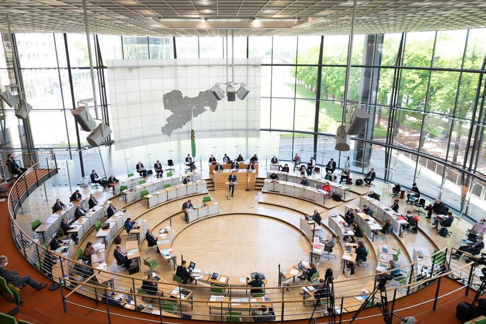 Die Abgeordneten sitzen bei der Landtagssitzung im Plenum auf ihren Plätzen. Ein Antrag gegen die Überhangsmandate bei Wahlen ist gescheitert.